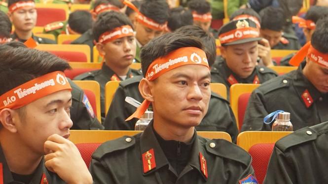 Hàng ngàn chiến sĩ công an xếp hàng hiến máu 'Chủ nhật Đỏ' - ảnh 5