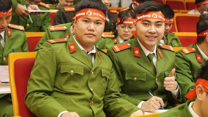Hàng ngàn chiến sĩ công an xếp hàng hiến máu 'Chủ nhật Đỏ' - ảnh 11