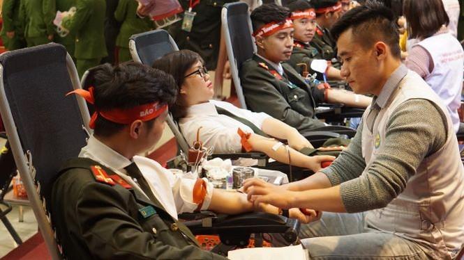 Hàng ngàn chiến sĩ công an xếp hàng hiến máu 'Chủ nhật Đỏ' - ảnh 13