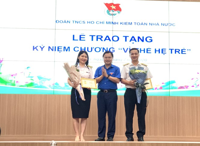 T.Ư Đoàn trao tặng Kỷ niệm chương Vì thế hệ trẻ cho lãnh đạo Kiểm toán Nhà nước - ảnh 1