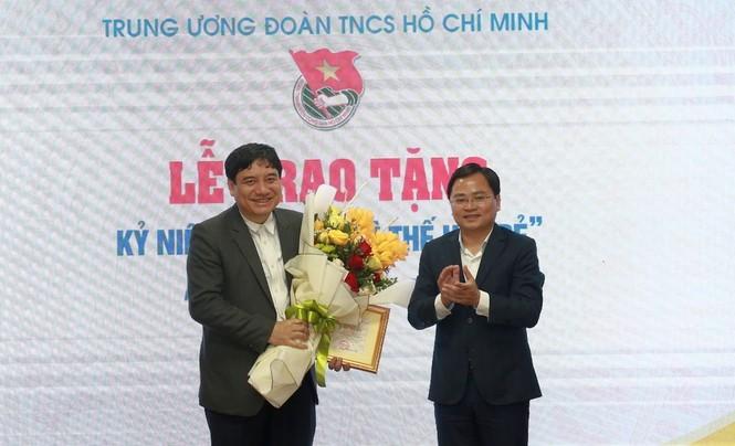 T.Ư Đoàn trao tặng Kỷ niệm chương 'Vì thế hệ trẻ' cho ông Nguyễn Đắc Vinh - ảnh 1