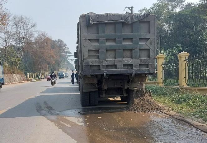 Xử phạt 6 tài xế cố thủ trên đoàn xe chở quá tải - ảnh 1