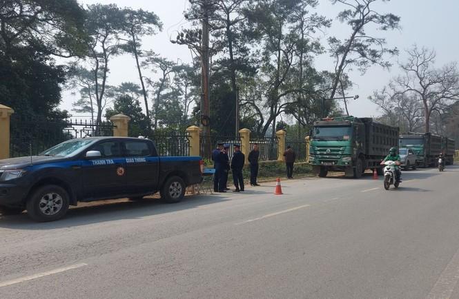 Xử phạt 6 tài xế cố thủ trên đoàn xe chở quá tải - ảnh 2