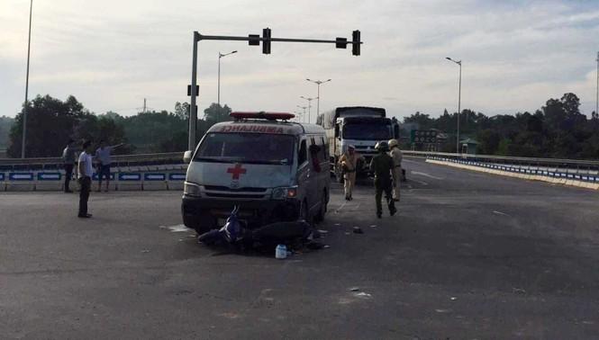 Xe cứu thương chở quan tài đâm xe máy, hai người nguy kịch - ảnh 1