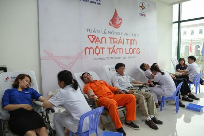 Tuần lễ hồng EVN thu hơn 400 đơn vị máu chia sẻ với người bệnh - ảnh 1