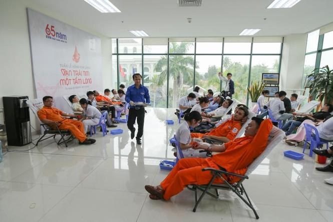 Tuần lễ hồng EVN thu hơn 400 đơn vị máu chia sẻ với người bệnh - ảnh 3