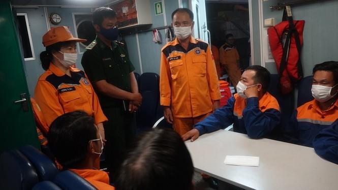 Kịp thời cứu 7 ngư dân giữa biển đêm trước khi tàu cá chìm - ảnh 1