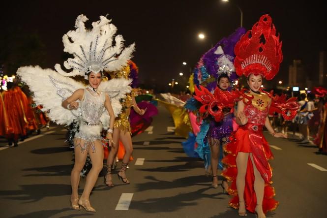 Mãn nhãn với vũ hội đường phố Đà Nẵng chào năm mới  - ảnh 9