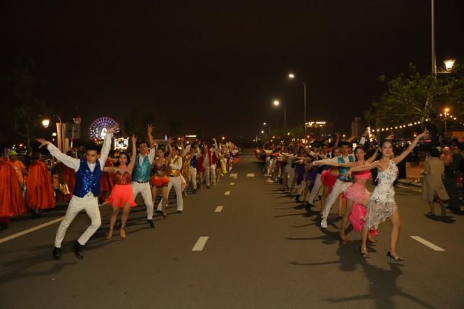 Mãn nhãn với vũ hội đường phố Đà Nẵng chào năm mới  - ảnh 1