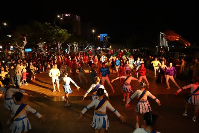 Mãn nhãn với vũ hội đường phố Đà Nẵng chào năm mới  - ảnh 5