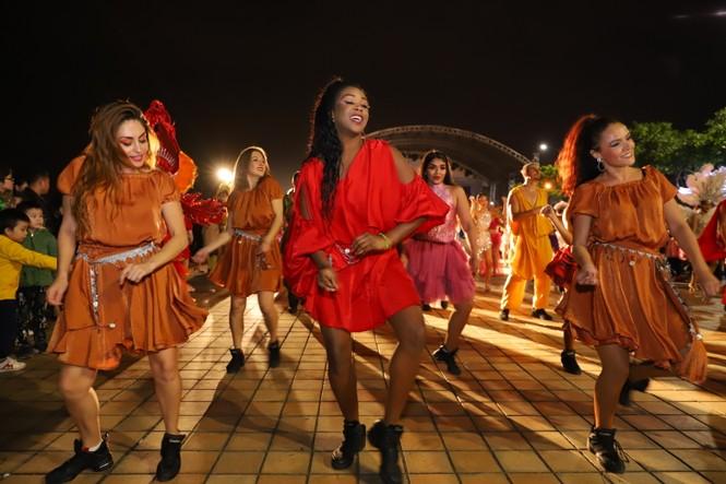 Mãn nhãn với vũ hội đường phố Đà Nẵng chào năm mới  - ảnh 7
