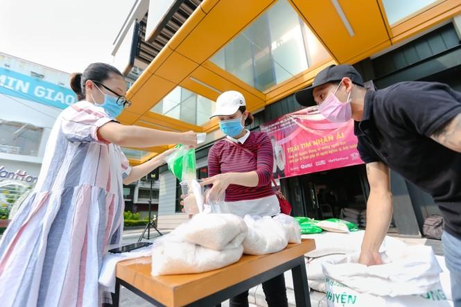 """Sao Việt 24H: MC Nguyên Khang nói về quan điểm tặng gạo, """"Người Ấy Là Ai"""" trở lại mùa 3 - ảnh 2"""