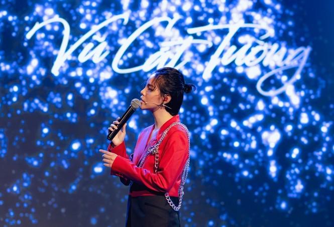 Sao Việt 24h: Vũ Cát Tường, Hoa hậu Tiểu Vy khiến khán giả bất ngờ với tạo hình mới - ảnh 1