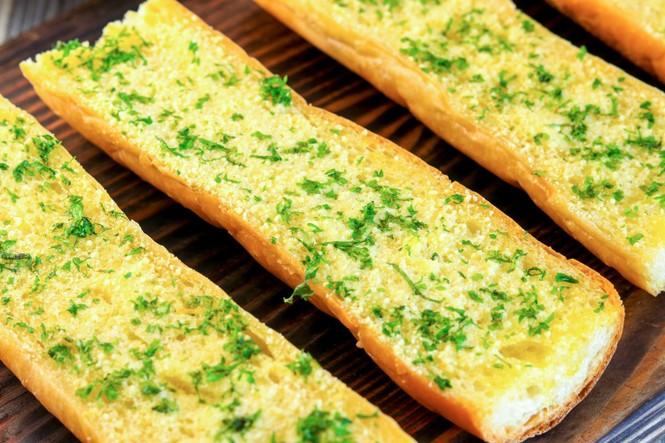 Công thức tự làm bánh mì bơ tỏi phô mai hót xình xịch tại nhà - ảnh 1