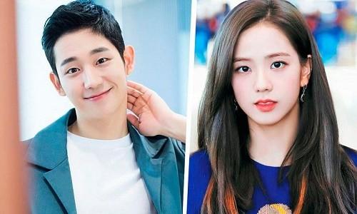 Jisoo (BLACKPINK) lộ ảnh hậu trường với trang phục thập niên 80 nhí nhảnh bên cạnh Jung Hae In - ảnh 1