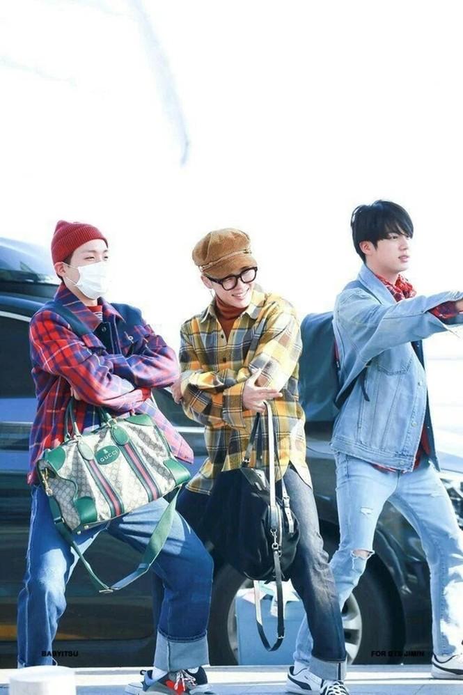 Túi hàng hiệu của BTS: Những chiếc túi sành điệu của nhóm BTS - ảnh 8