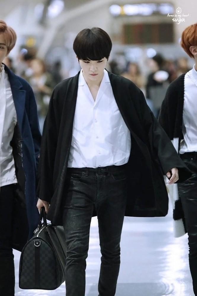 Túi hàng hiệu của BTS: Những chiếc túi sành điệu của nhóm BTS - ảnh 3