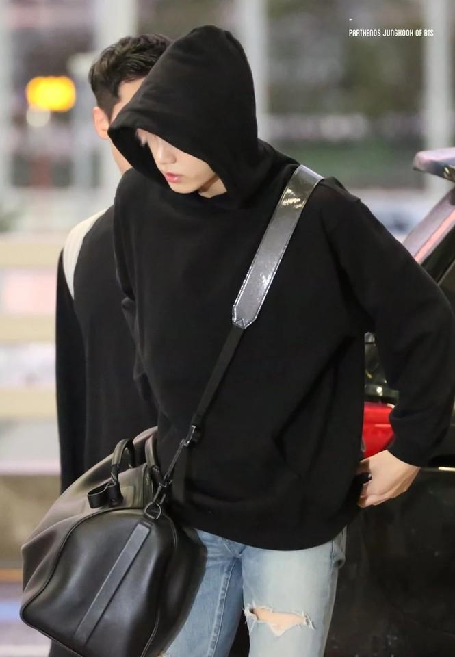 Túi hàng hiệu của BTS: Những chiếc túi sành điệu của nhóm BTS - ảnh 6