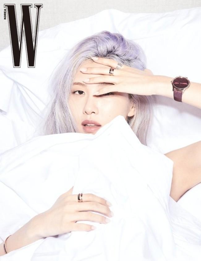 Rosé (BLACKPINK) lại có bộ ảnh siêu đẹp trên W tháng 8 với mái tóc tím khói thần thánh - ảnh 1