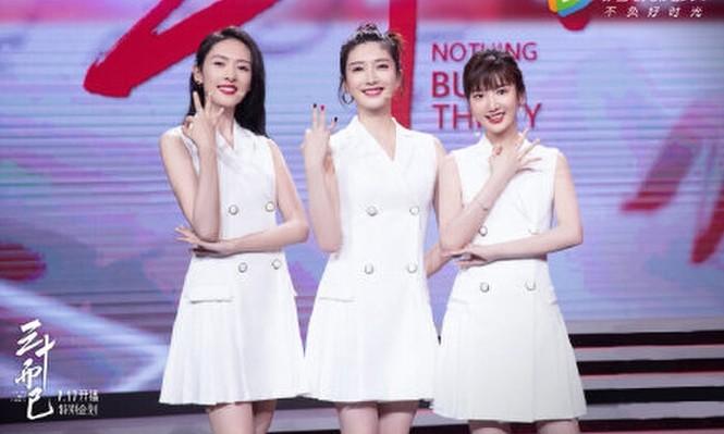"""Mặc chung một mẫu váy trắng lên sân khấu, 3 nữ chính """"30 Chưa Phải Là Hết"""" xinh như gái 18 - ảnh 1"""