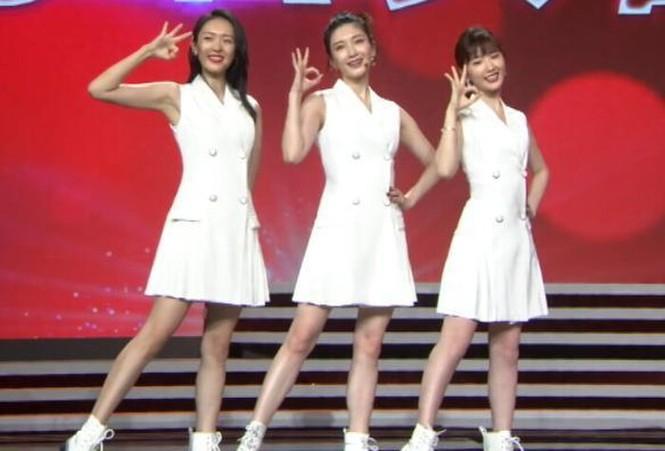 """Mặc chung một mẫu váy trắng lên sân khấu, 3 nữ chính """"30 Chưa Phải Là Hết"""" xinh như gái 18 - ảnh 2"""