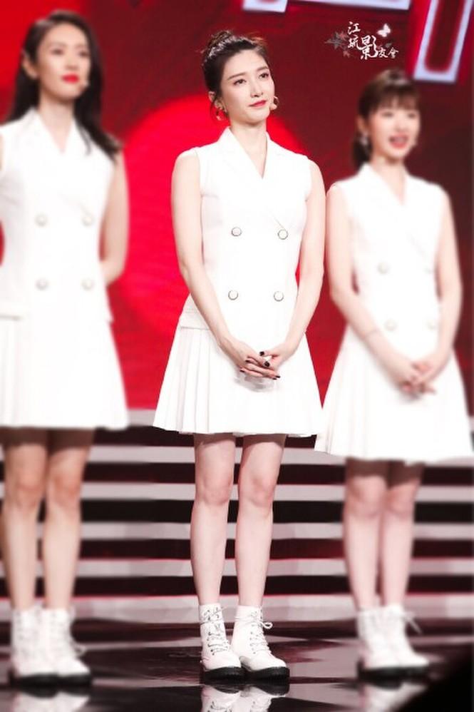 """Mặc chung một mẫu váy trắng lên sân khấu, 3 nữ chính """"30 Chưa Phải Là Hết"""" xinh như gái 18 - ảnh 4"""
