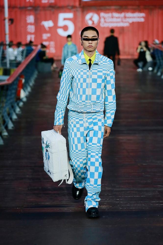 Nhờ Ngô Diệc Phàm ôm bóng bay khổng lồ, show của Louis Vuitton thu hút 100 triệu lượt xem - ảnh 4
