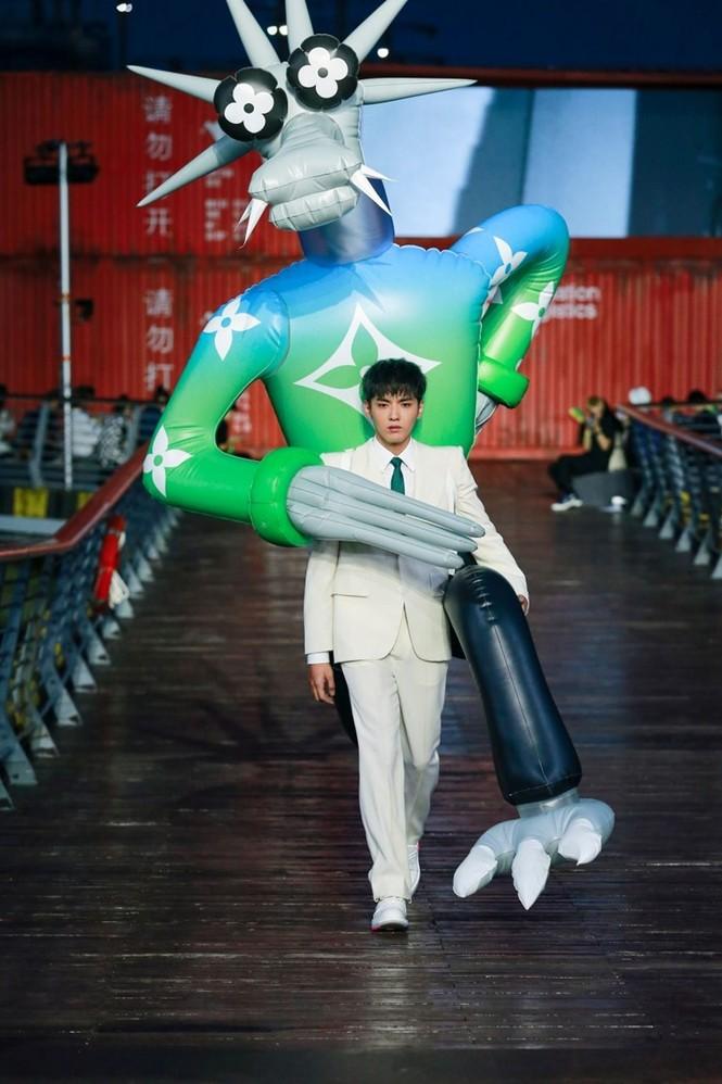 Nhờ Ngô Diệc Phàm ôm bóng bay khổng lồ, show của Louis Vuitton thu hút 100 triệu lượt xem - ảnh 1