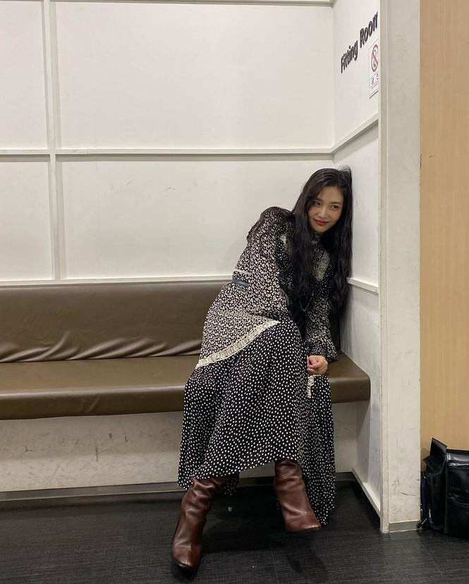 """""""Đụng hàng"""" bộ váy 100 triệu đồng với Seo Ye Ji, Joy (Red Velvet) bị chê trông xuề xòa hơn - ảnh 5"""