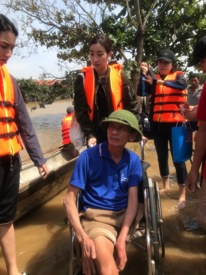 Hoa hậu Đỗ Mỹ Linh lội nước lũ, tới nhiều hộ dân ở Lệ Thuỷ, Quảng Bình để tiếp tục cứu trợ - ảnh 2