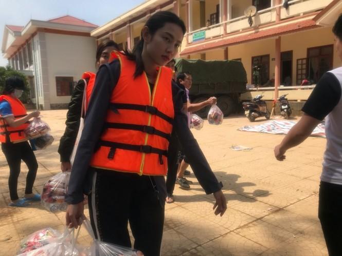 Hoa hậu Đỗ Mỹ Linh lội nước lũ, tới nhiều hộ dân ở Lệ Thuỷ, Quảng Bình để tiếp tục cứu trợ - ảnh 3