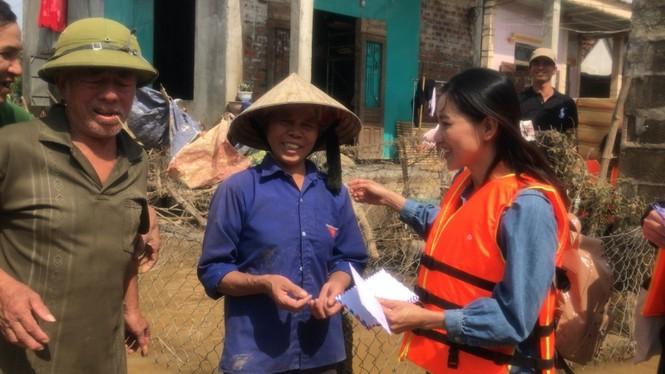 Hoa hậu Đỗ Mỹ Linh lội nước lũ, tới nhiều hộ dân ở Lệ Thuỷ, Quảng Bình để tiếp tục cứu trợ - ảnh 5