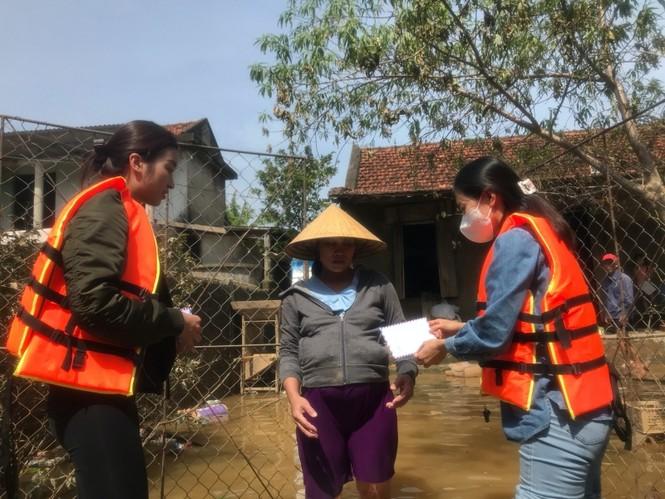 Hoa hậu Đỗ Mỹ Linh lội nước lũ, tới nhiều hộ dân ở Lệ Thuỷ, Quảng Bình để tiếp tục cứu trợ - ảnh 4