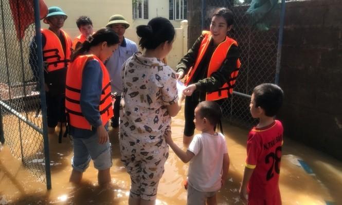 Hoa hậu Đỗ Mỹ Linh lội nước lũ, tới nhiều hộ dân ở Lệ Thuỷ, Quảng Bình để tiếp tục cứu trợ - ảnh 1