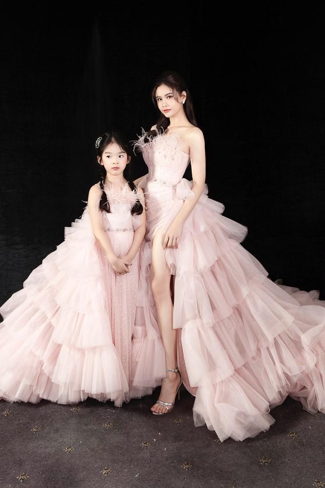 Trương Quỳnh Anh diện đầm hồng công chúa ngọt ngào, làm vedette trong show thời trang - ảnh 4