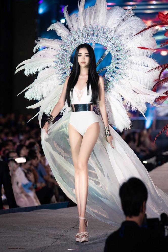 Tiểu Vy, Phương Nga, Thúy An khoe body cực phẩm như siêu mẫu trên sân khấu Người đẹp Biển - ảnh 6