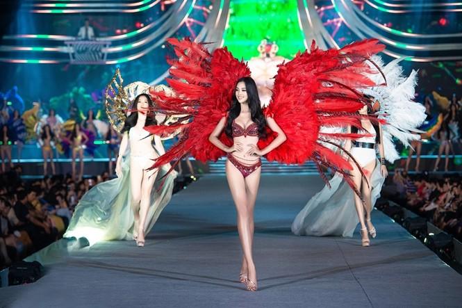 Tiểu Vy, Phương Nga, Thúy An khoe body cực phẩm như siêu mẫu trên sân khấu Người đẹp Biển - ảnh 1