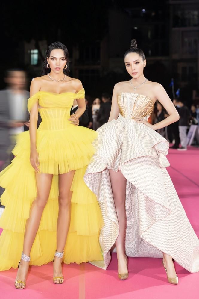Nhan sắc đẳng cấp của 5 cựu hoa hậu từ thảm đỏ tới hậu trường đêm CK Hoa Hậu Việt Nam 2020 - ảnh 13