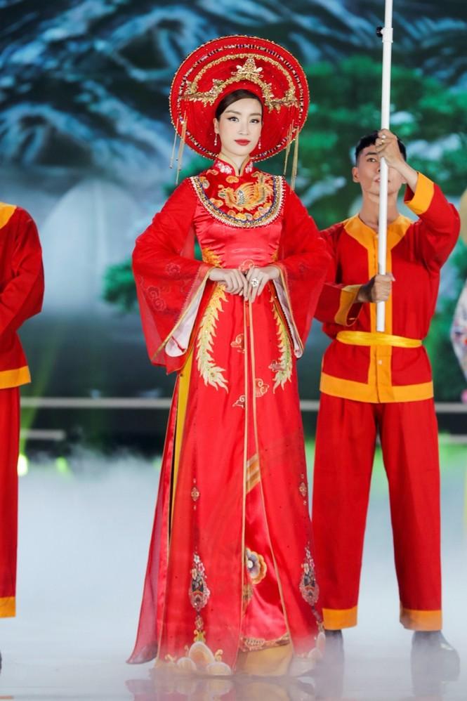Nhan sắc 5 cựu Hoa hậu xinh đẹp tài năng của Hoa Hậu Việt Nam trong màn trình diễn áo dài - ảnh 6