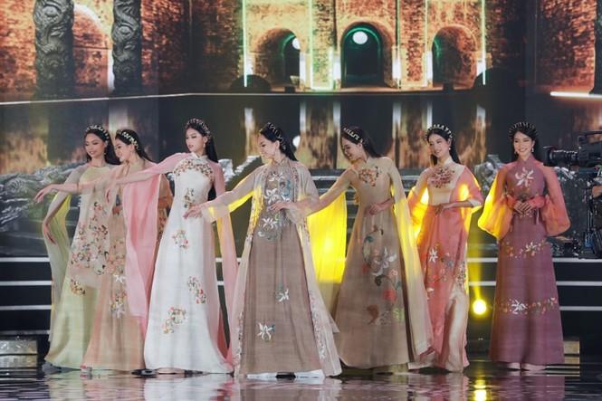 Ngắm lại BST áo dài đẹp nhất đêm chung kết Hoa Hậu Việt Nam 2020 của nàng hậu Ngọc Hân - ảnh 2