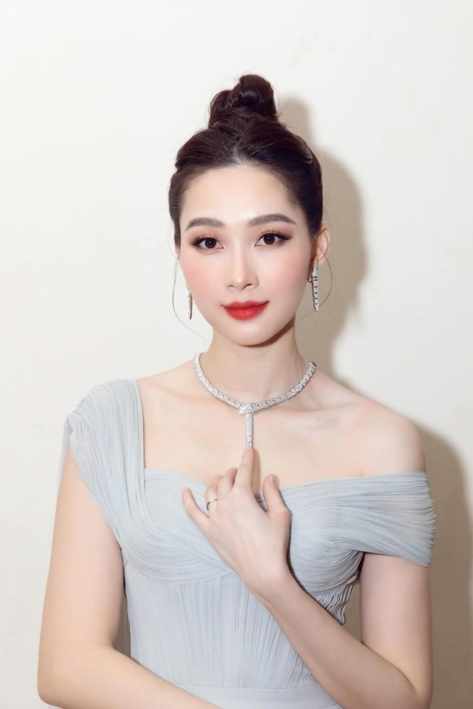 Nhan sắc đẳng cấp của 5 cựu hoa hậu từ thảm đỏ tới hậu trường đêm CK Hoa Hậu Việt Nam 2020 - ảnh 7