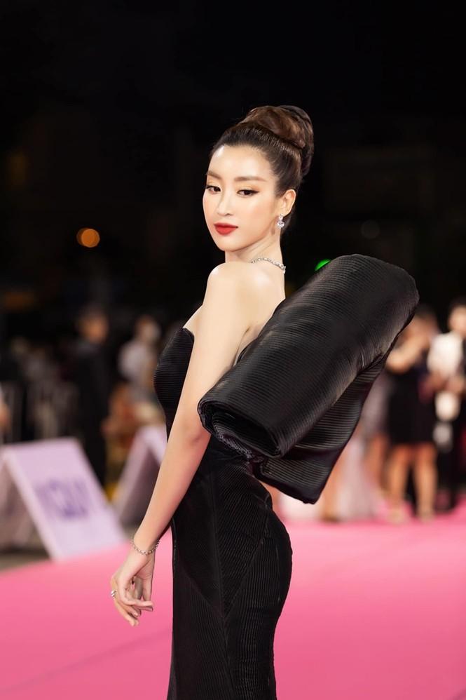 Nhan sắc đẳng cấp của 5 cựu hoa hậu từ thảm đỏ tới hậu trường đêm CK Hoa Hậu Việt Nam 2020 - ảnh 19