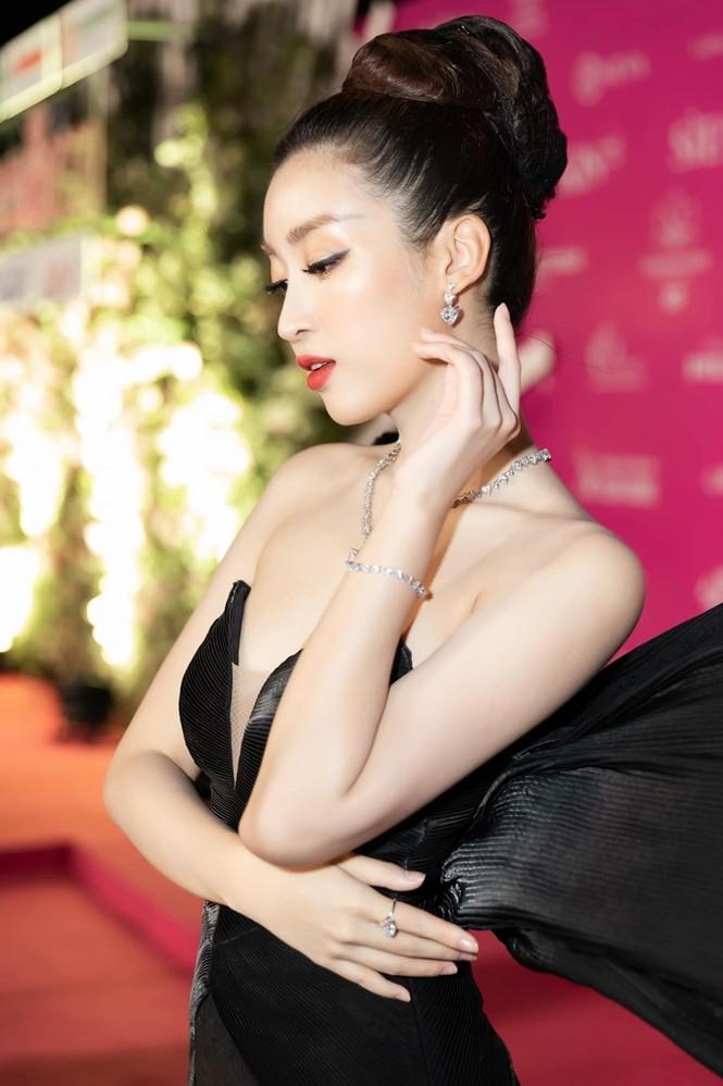 Nhan sắc đẳng cấp của 5 cựu hoa hậu từ thảm đỏ tới hậu trường đêm CK Hoa Hậu Việt Nam 2020 - ảnh 17