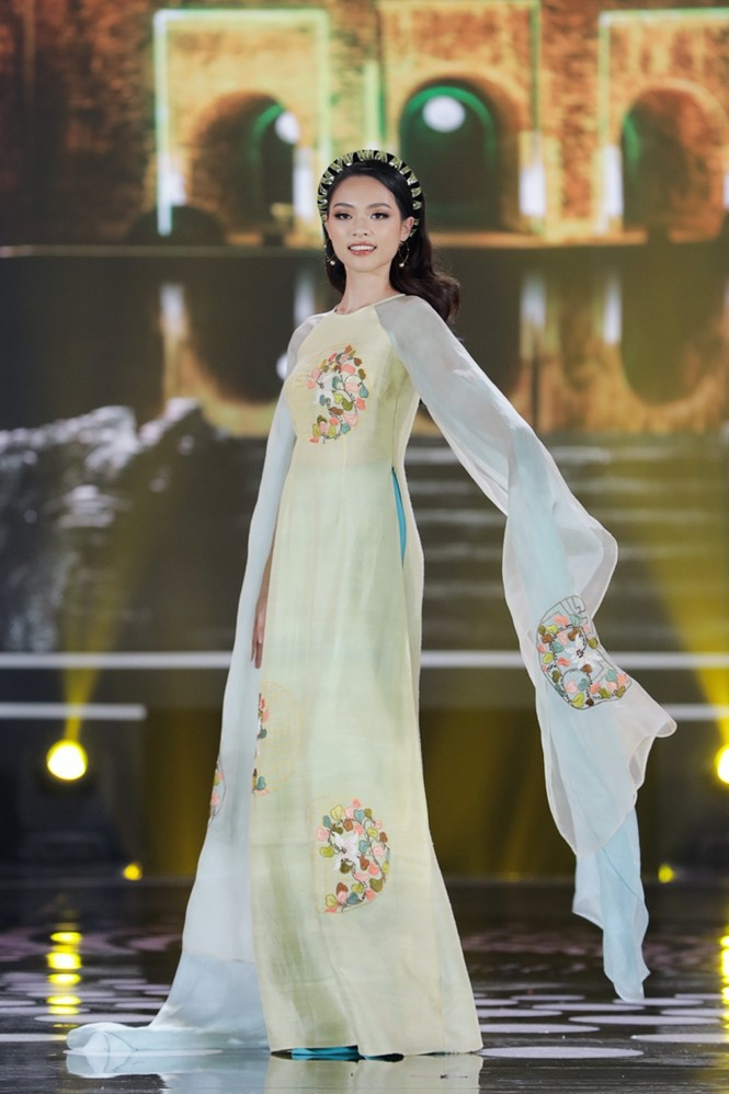 Ngắm lại BST áo dài đẹp nhất đêm chung kết Hoa Hậu Việt Nam 2020 của nàng hậu Ngọc Hân - ảnh 10