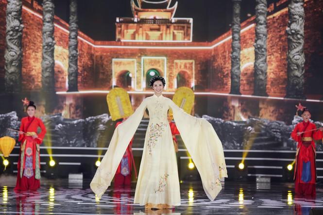 Ngắm lại BST áo dài đẹp nhất đêm chung kết Hoa Hậu Việt Nam 2020 của nàng hậu Ngọc Hân - ảnh 1