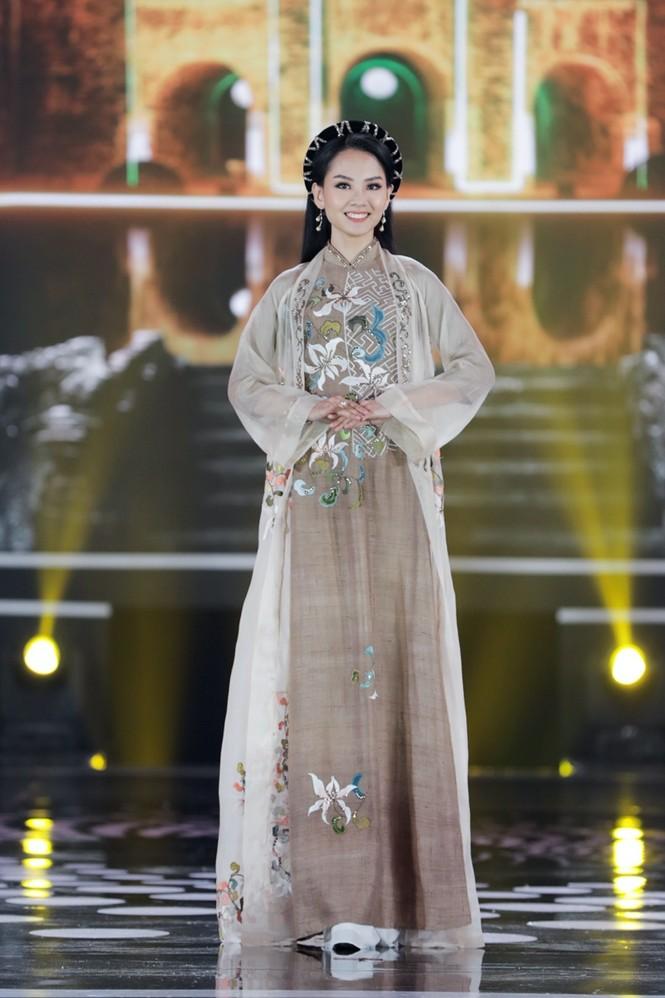 Ngắm lại BST áo dài đẹp nhất đêm chung kết Hoa Hậu Việt Nam 2020 của nàng hậu Ngọc Hân - ảnh 4