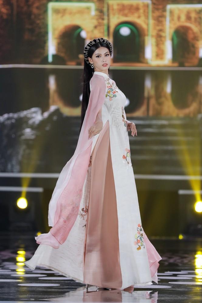 Ngắm lại BST áo dài đẹp nhất đêm chung kết Hoa Hậu Việt Nam 2020 của nàng hậu Ngọc Hân - ảnh 6