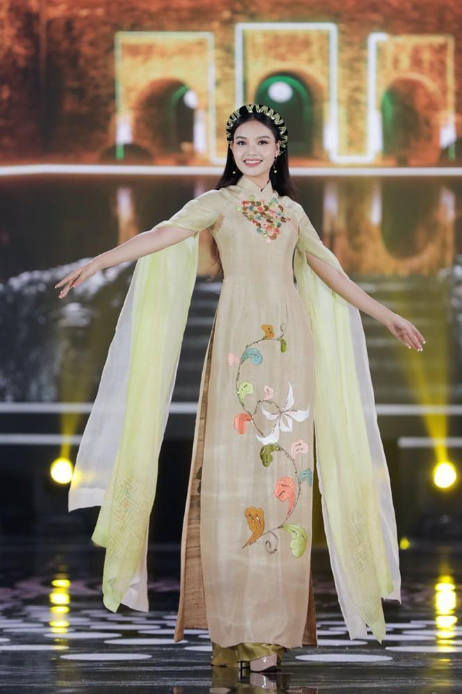 Ngắm lại BST áo dài đẹp nhất đêm chung kết Hoa Hậu Việt Nam 2020 của nàng hậu Ngọc Hân - ảnh 8