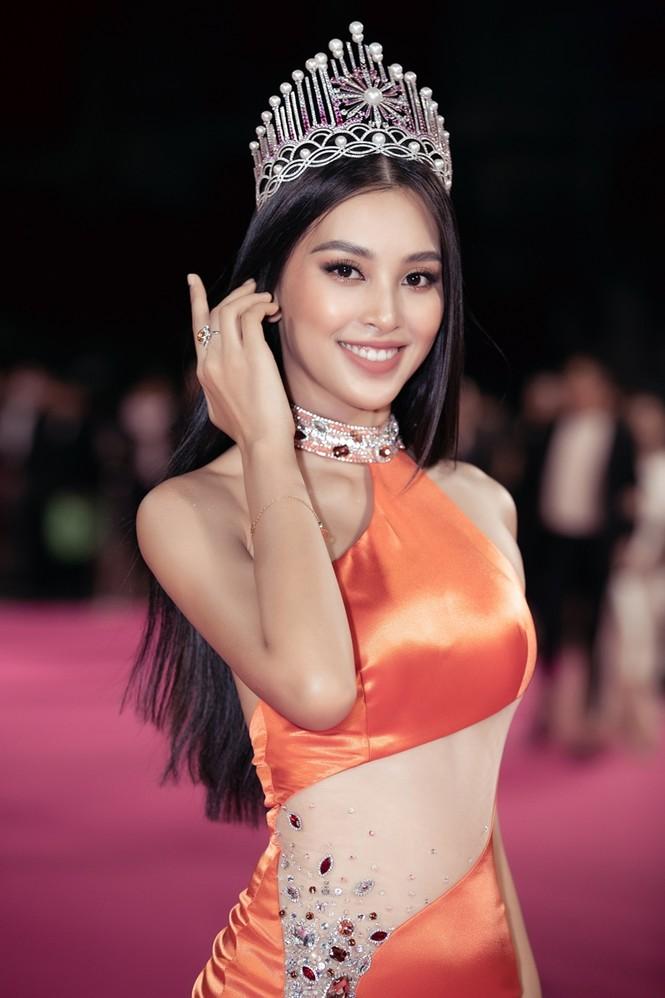 Nhan sắc đẳng cấp của 5 cựu hoa hậu từ thảm đỏ tới hậu trường đêm CK Hoa Hậu Việt Nam 2020 - ảnh 21