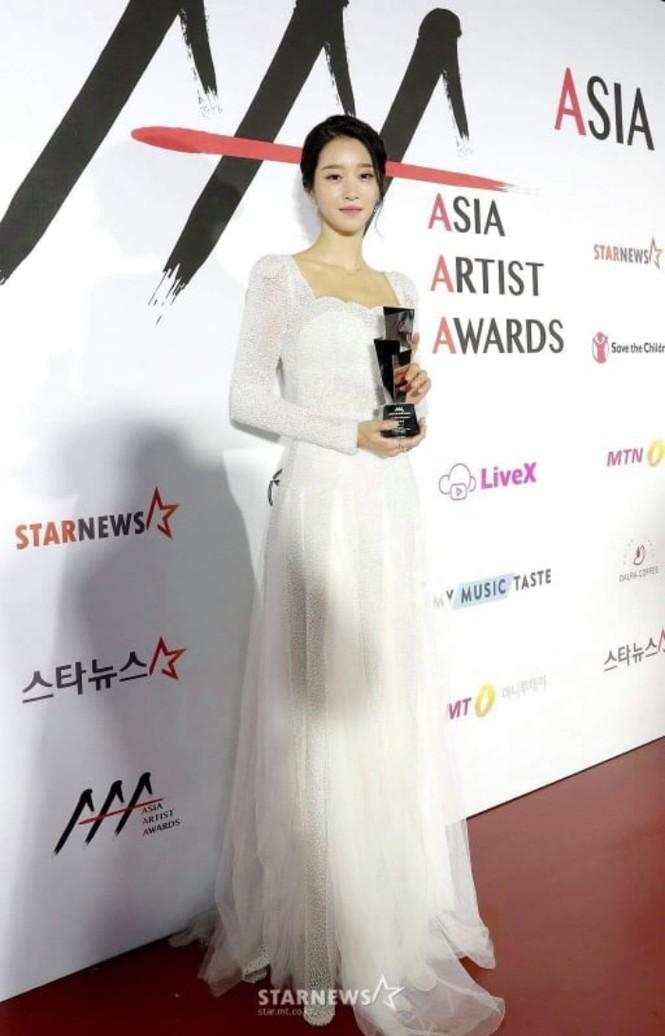 Xuất hiện trên thảm đỏ AAA 2020 với mẫu váy phong cách cô dâu, Seo Ye Ji bị chê nhạt nhoà - ảnh 4